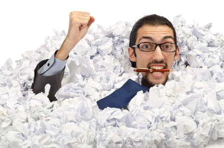 Mann mit viel Altpapier