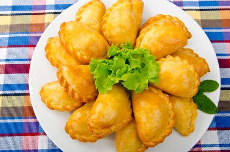 pure de papas: Las empanadas de carne en el plato