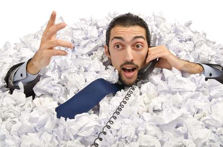 Mann mit viel zerknittertes Papier