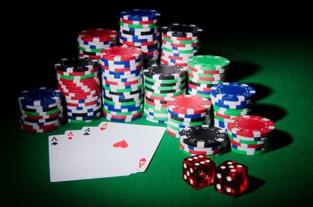 ruleta de casino: Casino concepto con fichas y cartas