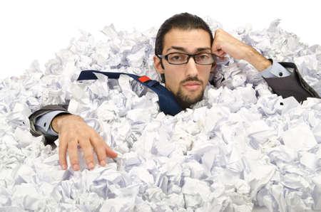 decepcionado: El hombre con una gran cantidad de papel de desecho