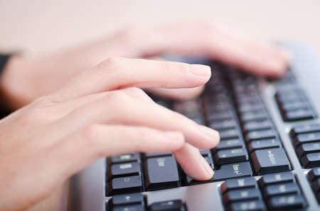 mecanografía: Manos escribiendo en el teclado