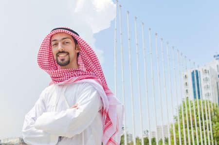 hombre arabe: �rabe en la calle en verano
