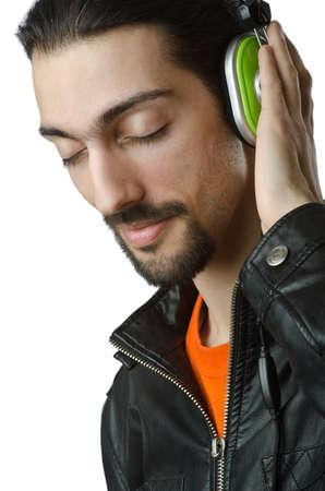 Estudiante escucha la música