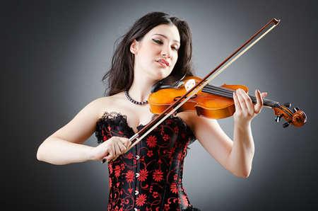 violinista: Violinista Mujer contra el fondo Foto de archivo