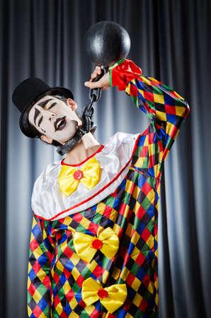 ceppi: Clown con catene in studio
