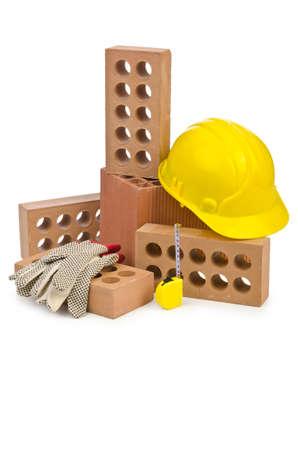materiales de construccion: Ladrillos de arcilla aislados en el blanco
