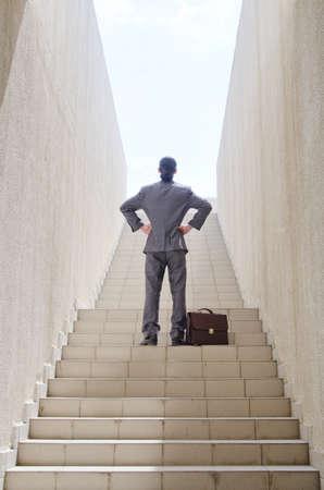 climbing stairs: Hombre de negocios con escalera en concepto de negocio