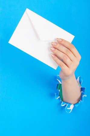 sobres para carta: Mano que sostiene sobre el papel del agujero