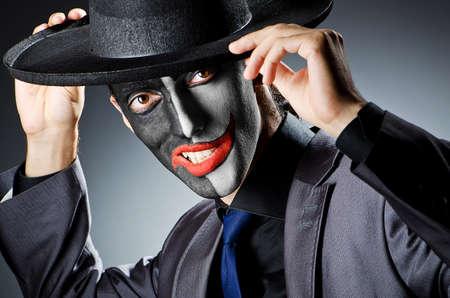 clowngesicht: Gesch�ftsmann mit Clown Gesicht malen