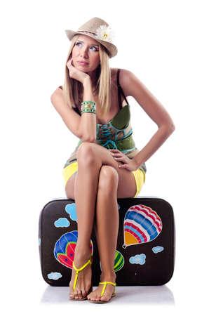 mujer con maleta: Mujer preparando para las vacaciones de playa