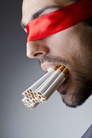 malos habitos: Concepto de lucha contra el tabaquismo con el hombre