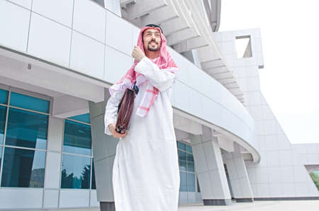 hombre arabe: Árabe en la calle en verano