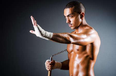 hombre fuerte: Hombre fuerte con nunchaku