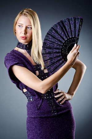 eventail japonais: Belle femme avec ventilateur japonais Banque d'images