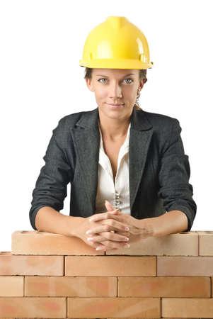 mujeres trabajando: Constructor joven mujer cerca de la pared de ladrillo