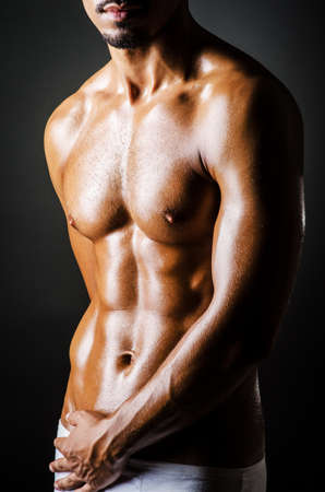 hombre desnudo: Bodybuilder con cuerpo musculoso