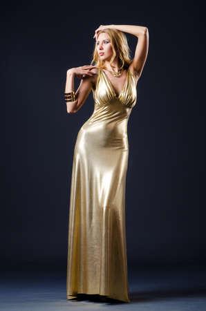 donne eleganti: Donna attraente in abito bello