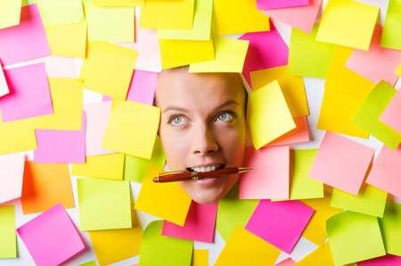 Vrouw met veel notities Stockfoto