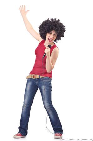 personas cantando: Mujer con corte de pelo afro en blanco