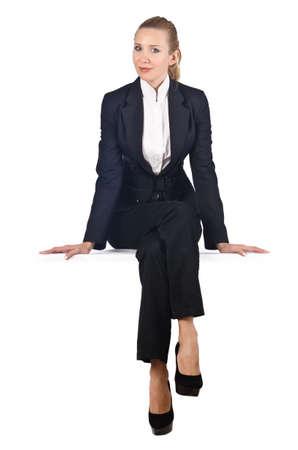 Vrouw zakenvrouw zittend op virtuele muur