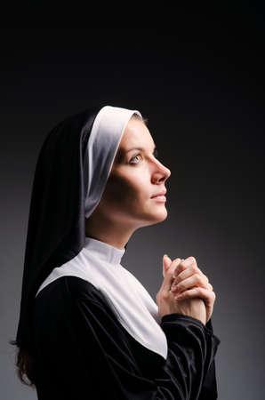 religion catholique: Jeune religieuse dans le concept religieux