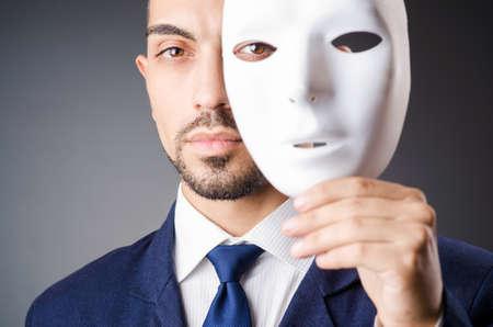 Man met zwart masker in de studio