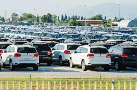 remar: Toscana, Italia - 27 de junio: Nuevos coches estacionados en el centro de distribuci�n en la Toscana, Italia. Este es uno de los mayores centros de distribuci�n en Italia.
