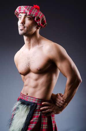 highlander: Tradiciones concepto escoc�s con falda escocesa persona que lleva