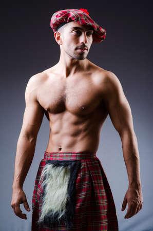 highlander: Scottish concepto tradiciones con persona que lleva falda escocesa