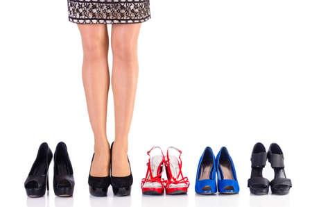comprando zapatos: Mujer tratando de zapatos nuevos en la tienda