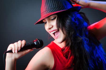 cantando: Int�rprete femenina en la discoteca con micr�fono Foto de archivo