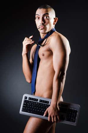 homme nu: Homme d'affaires dans le pantalon avec clavier