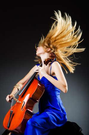 m�sico: Mujer atractiva con el violoncelo en el estudio Foto de archivo