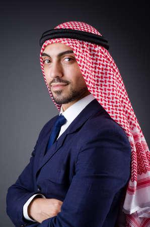 hombre arabe: Hombre de negocios ?rabe en estudio oscuro
