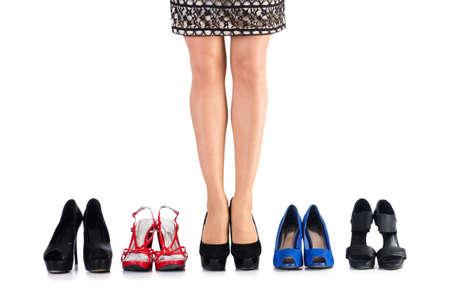 comprando zapatos: La elección de zapatos de mujer en blanco