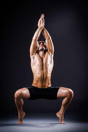 nudo maschile: Ballerina ballare in studio buio Archivio Fotografico
