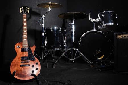 concierto de rock: Conjunto de instrumentos musicales durante el concierto Foto de archivo