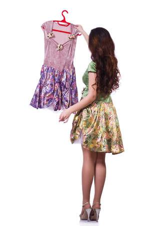 tienda de zapatos: Mujer trata de elegir el vestido en blanco Foto de archivo