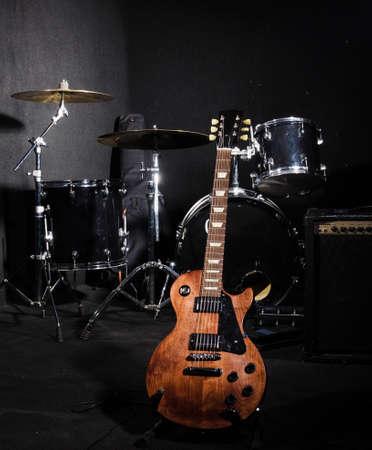 Conjunto de instrumentos musicales durante el concierto Foto de archivo