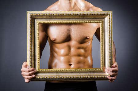 nudo maschile: Uomo muscolare con cornice