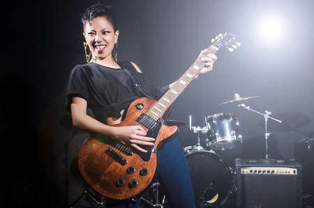 femme avec guitare: guitariste de femme pendant le concert Banque d'images