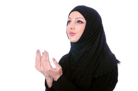 burka: Giovane donna musulmana che indossa l'hijab su bianco