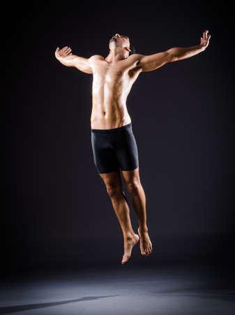 desnudo masculino: Baile del bailar�n en el estudio oscuro
