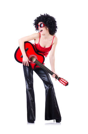 Cantante joven con corte afro y guitarra photo