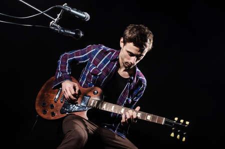 Man spielt Gitarre während Konzert Standard-Bild