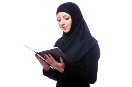 fille arabe: Jeune femme musulmane avec un livre sur blanc