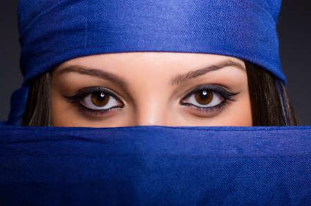 Mujer musulmana con velo en concepto de moda