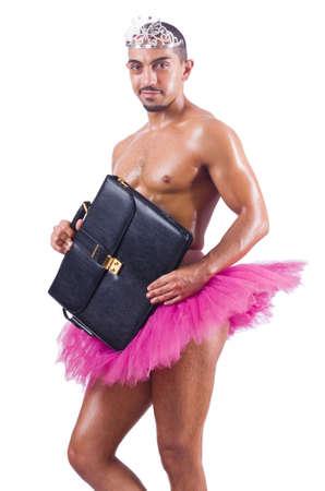 Mann im Ballettröckchen mit Aktentasche auf weißem