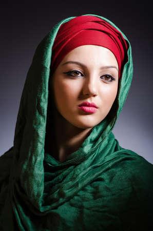 Moslemische Frau mit Kopftuch in Fashion-Konzept